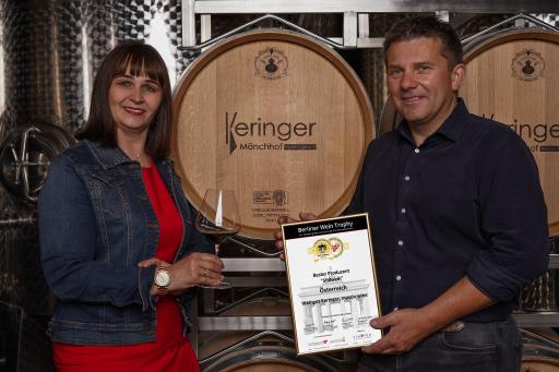 Robert und Marietta Keringer mit der Urkunde der Auszeichnung