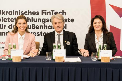 Leo-CEO Alena Shevtsova, Ex-Präsident der Ukraine, Viktor Juschtschenko, Leo-Aufsichtsratsvorsitzender und Halina Keilo, Vorsitzende des Verbands der ukrainischen Zahlungsverkehrsanbieter.