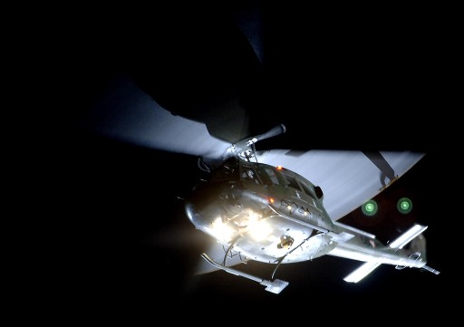 Ein Hubschrauber AB 212 im nächtlichen Überflug: Auch Luftfahrzeuge sind am 30. September bei der Livevorführung dabei.