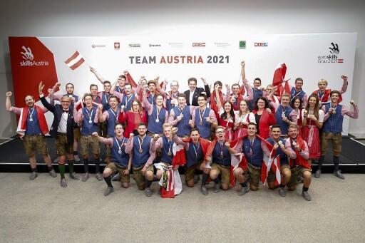 EuroSkills2021: Alle österreichischen Medaillen-Gewinnerinnen und Gewinner, gemeinsam mit Harald Mahrer (Präsident WKÖ), Josef Herk (Präsident WK Steiermark), BM Margarete Schramböck (BMDW) und Sektionschefin Doris Wagner (BMBWF).