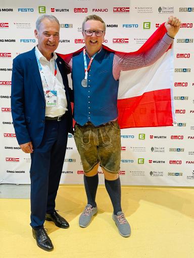 Wirtschaftskammerpräsident Peter Nemeth und EuroSkills-Silbermedaillen-Gewinner Ronald Brunäcker