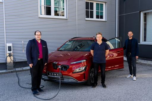 HARTL HAUS setzt auch beim Firmen-PKW-Pool auf E-Mobilität. Mit der neuesten Anschaffung des Hyundai Kona vom Autohaus Hasslauer aus Schwarzenau wächst der Anteil an Elektrofahrzeugen weiter an. Dank einer neuen Kooperation zwischen HARTL HAUS und Hyundai winken nun exklusive Vorteile für HARTL HAUS Mitarbeiter und Kunden.
