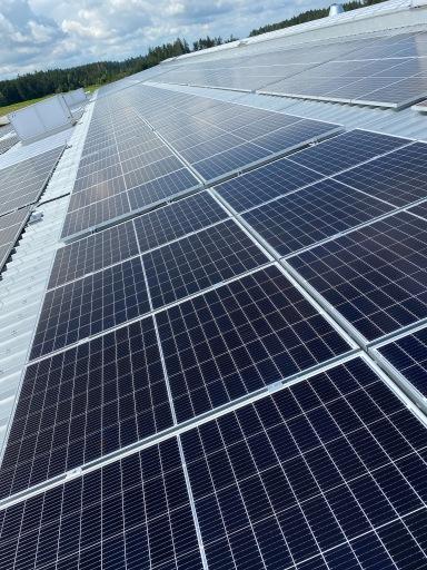 HARTL HAUS produziert mit seinen Photovoltaik-Anlagen am Werksgelände Sonnenstrom mit einer Leistung von insgesamt 402 KWpeak und deckt in etwa 45 Prozent des Eigenstrombedarfes mit der Kraft der Sonne. Das Aufladen der Elektroautos am Werksgelände wird für HARTL HAUS Mitarbeiter kostenlos sein.