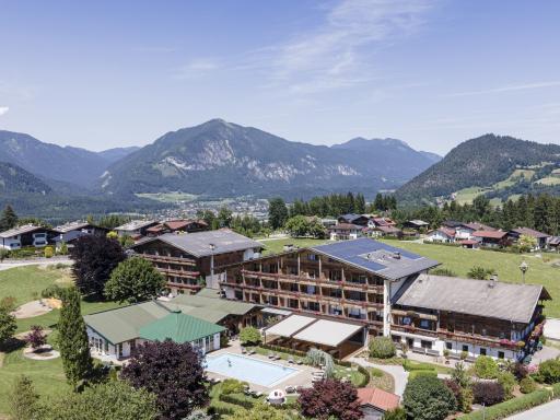 Das neueröffnete 4 Sterne Hotel Pirchnerhof in Reith im Alpbachtal kombiniert Gesundheit mit Genuss, Bewegung sowie traditionellem und modernem Wissen. Im Zuge der Neuerungen wurden neben der Rezeption, dem Eingang, der Bar und dem Restaurant ein Großteil der Zimmer renoviert.