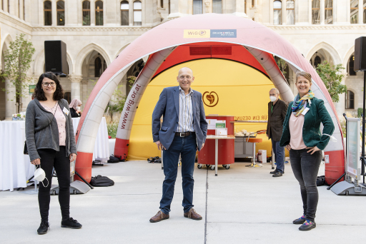 Foto von Zsolt Marton v.l.n.r.: Christiane Ladinig (Gesundheitsreferentin SUS Wien), Dennis Beck (WiG-Geschäftsführer), Heidrun Rader (Fachliche Leiterin SUS Wien) bedankten sich für das unermüdliche Engagement der Selbsthilfegruppen.