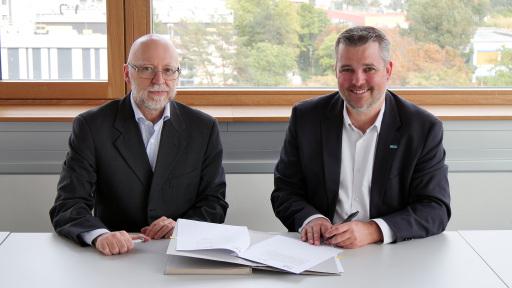 Alessandro Cimatti, Direktor des DICenters am Forschungsinstitut Fondazione Bruno Kessler (links im Bild) und Gerald Murauer, Geschäftsführer bei Silicon Austria Labs.