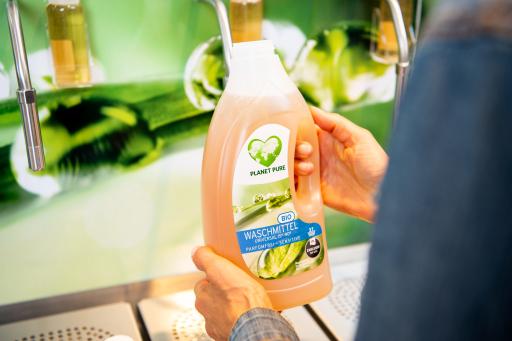 An zukünftig 126 dm Standorten, also jeder dritten dm Filiale, können Bio-Reinigungsmittel von Planet Pure in wiederverwendbare Flaschen nachgefüllt werden.