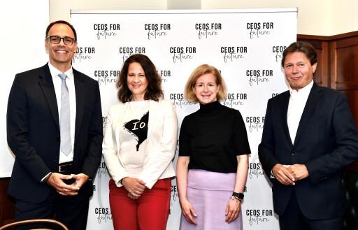 C4F Pressegespräch am 28.09.2021 in Wien zum CO2-Paper. Im Bild (v.l.n.r.): Berthold Kren (CEO LAFARGE Zementwerke GmbH), Christiane Brunner (Vorständin CEOs FOR FUTURE), Birgit Kraft-Kinz (Vorständin CEOs FOR FUTURE), Wolfgang Anzengruber (Vorstand CEOs FOR FUTURE).